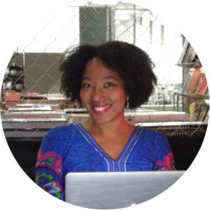 Lyv est l'auteure du blog Jemecasse.fr où elle partage ses conseils et histoires sur la reconversion professionnelle